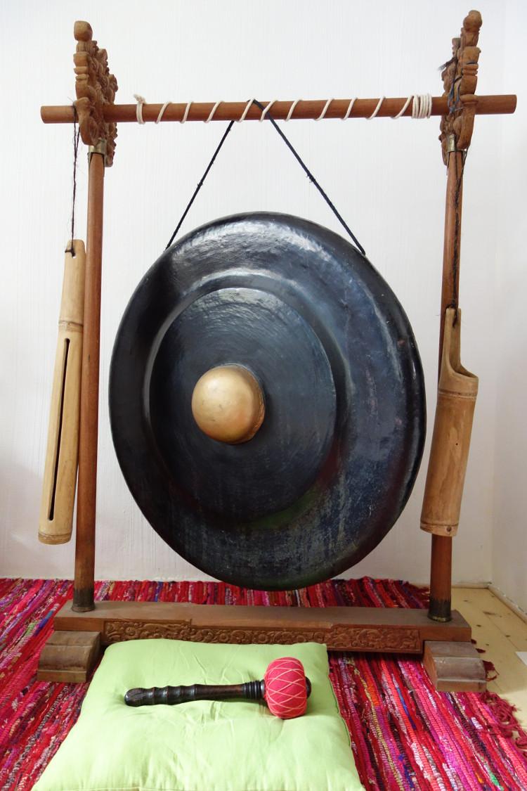 schwarzer Gong mit güldener Gongnase
